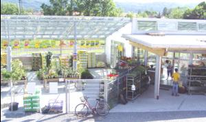 Das Verkaufsgewächshaus für Pflanzen und Erden. Aufnahme von 2005.